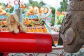 Lapin jouet sur une annonce de gong — Photo