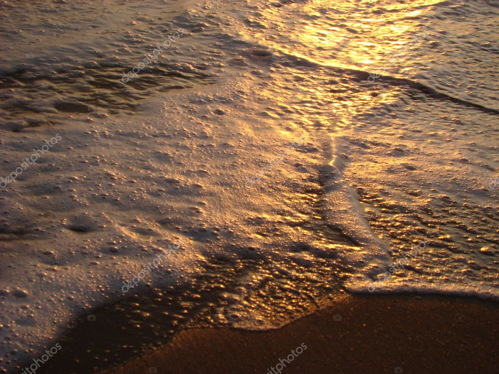 Beautiful foam on the sea beach during sunset — Stock Photo #1746287