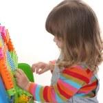 女孩玩建筑玩具块 — 图库照片