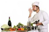 Joven chef preparando la comida — Foto de Stock