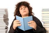 男孩读一本书 — 图库照片