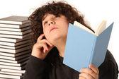 男孩的思考和阅读一本书 — 图库照片