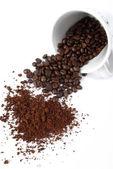 Chicco di caffè con una tazza di caffè — Foto Stock