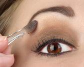 Kvinnor öga med bruna smink — Stockfoto