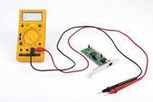 マルチメータと回路基板 — ストック写真