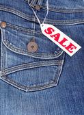 Jeans ficka med etiketten försäljning — Stockfoto