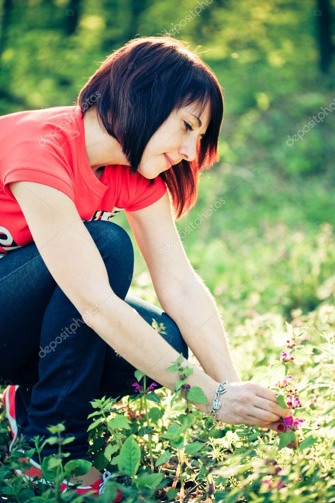 Pretty woman holding spring flowers — Stock Photo #1685709