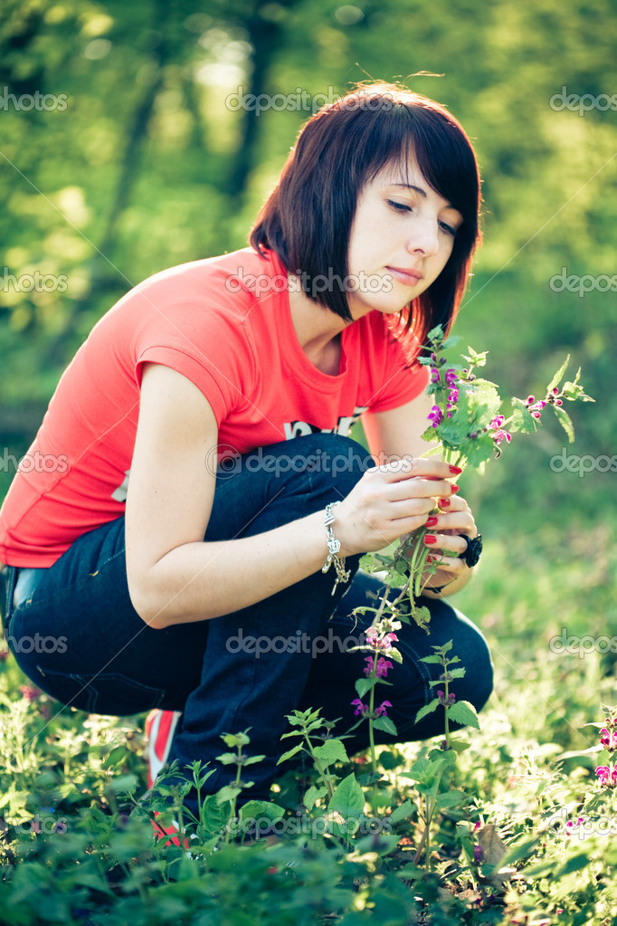 Pretty woman holding spring flowers — Stock Photo #1685836