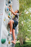 Homem uma parede de escalada — Foto Stock