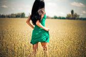Mulher correndo no campo amarelo — Foto Stock