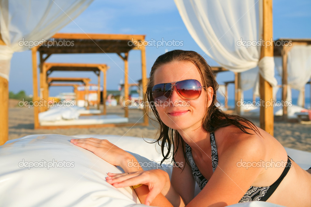 Attractive model resting in the tropical beach — Stock Photo #1804936