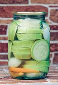 Légumes marinés dans des banques de verre — Photo