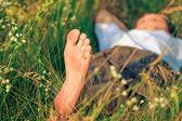 Joven adulto en hierba de primavera — Foto de Stock