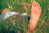Genç yetişkin adam bahar çimen — Stok fotoğraf