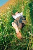 Jeune homme adulte en herbe — Photo