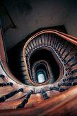 очень старый случай спиральная лестница — Стоковое фото