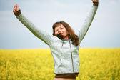 在流中飘扬的头发的快乐女孩 — 图库照片