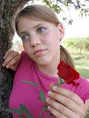Kırmızı bir gül ile mutsuz kız — Stok fotoğraf