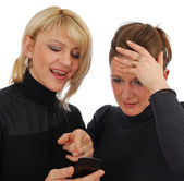 две девушки, глядя на сообщение от — Стоковое фото