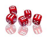 在白色背景上的红色骰子 — 图库照片