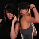 Две молодые женщины позируя — Стоковое фото