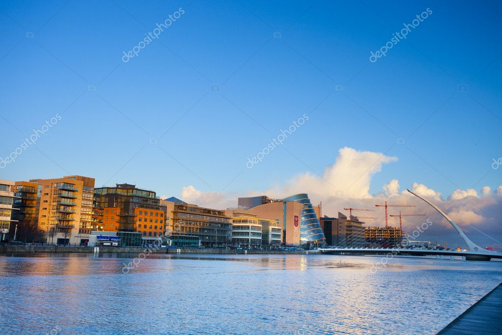 Sunny evening at Dublin Liffey quay with new harp bridge od the right — Stock Photo #2405185