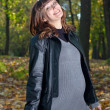Pregnant women in autumn park — Stockfoto