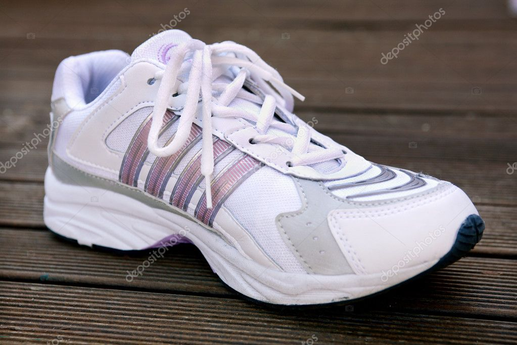 单女士跑步鞋或是运动鞋鞋带绑