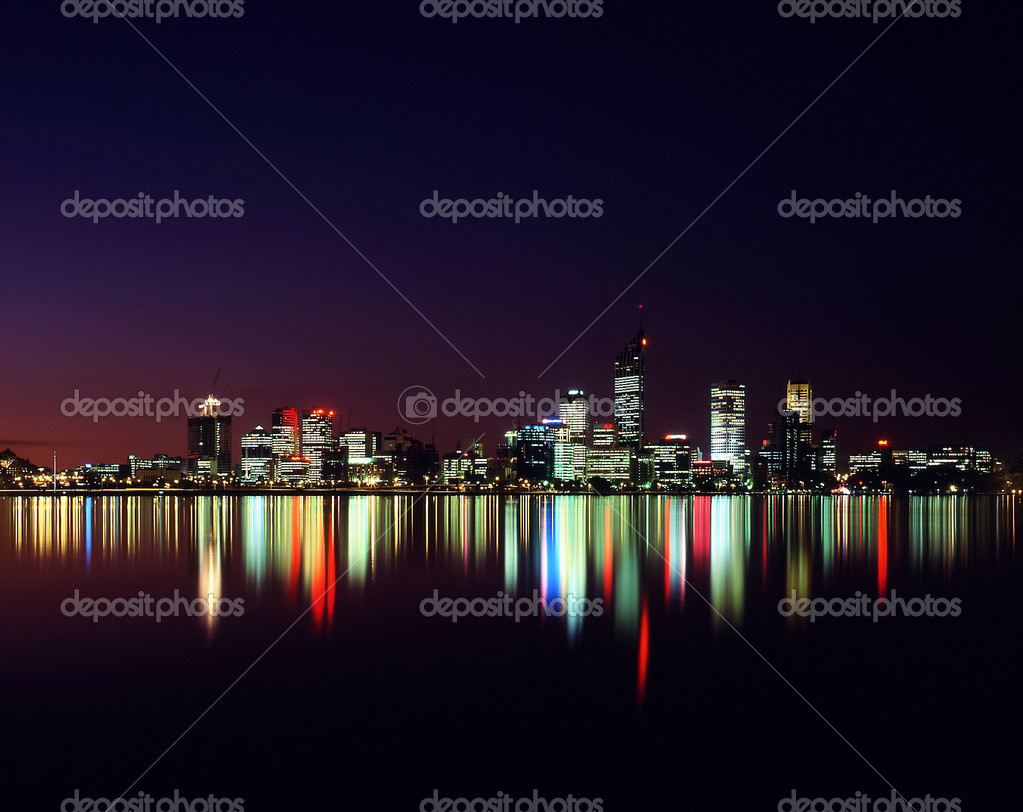 Night time view of city of perth reflected in swan river — Foto Stock #1824456