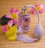 Bouteille de parfum en verre et fleurs — Photo