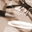 Fountain pen and glasses on stock chart. — Stockfoto