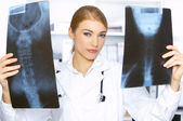 Female doctor in surgery — Zdjęcie stockowe