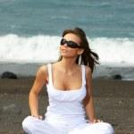 mulher na praia preta — Foto Stock