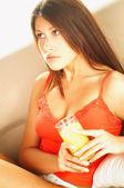 ジュースのグラスとブルネットの女性 — ストック写真