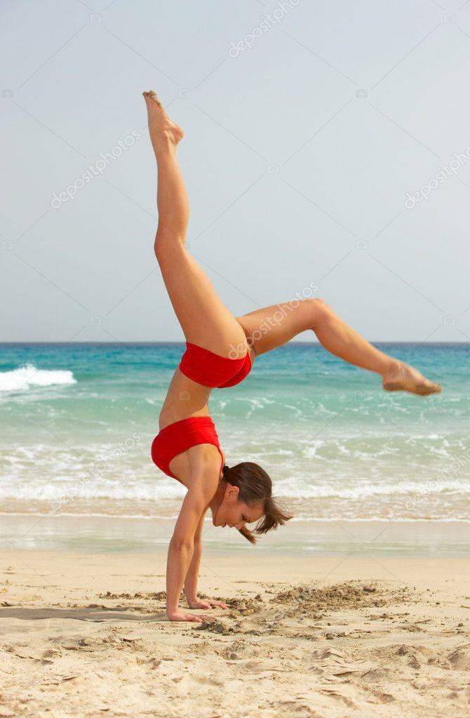 Фото девочек гимнасток на пляже 17 фотография