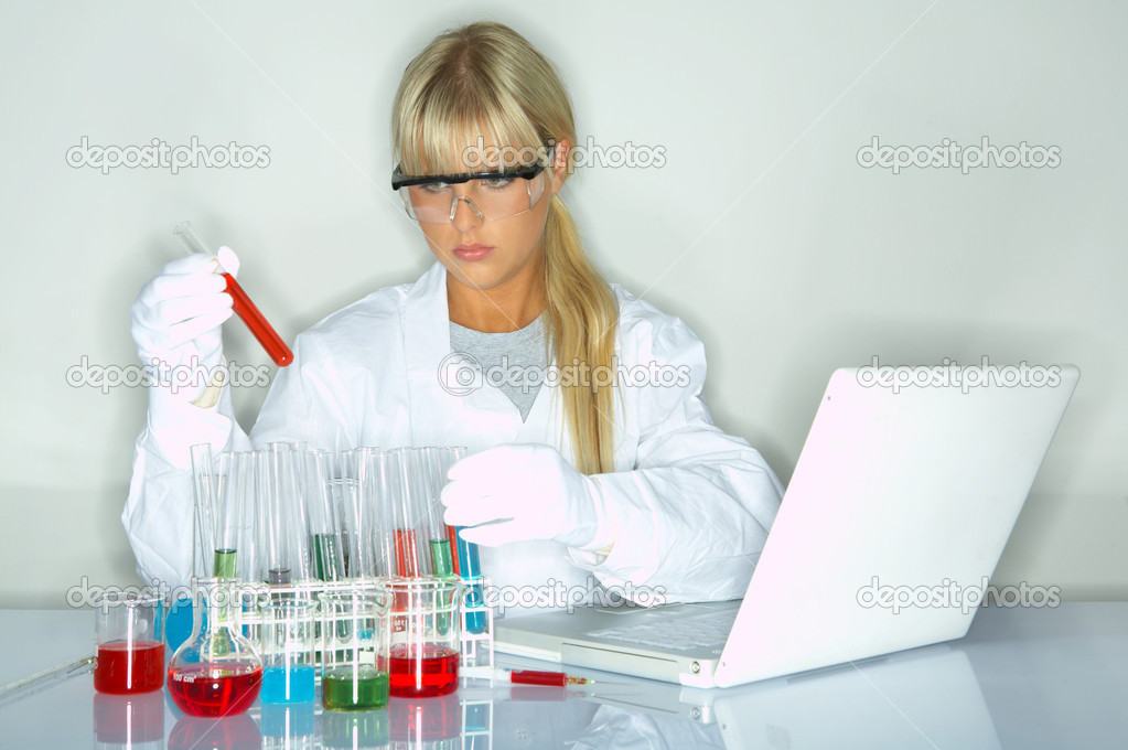 Beautifula female lab worker testing and experimenting — Stock Photo #1958865
