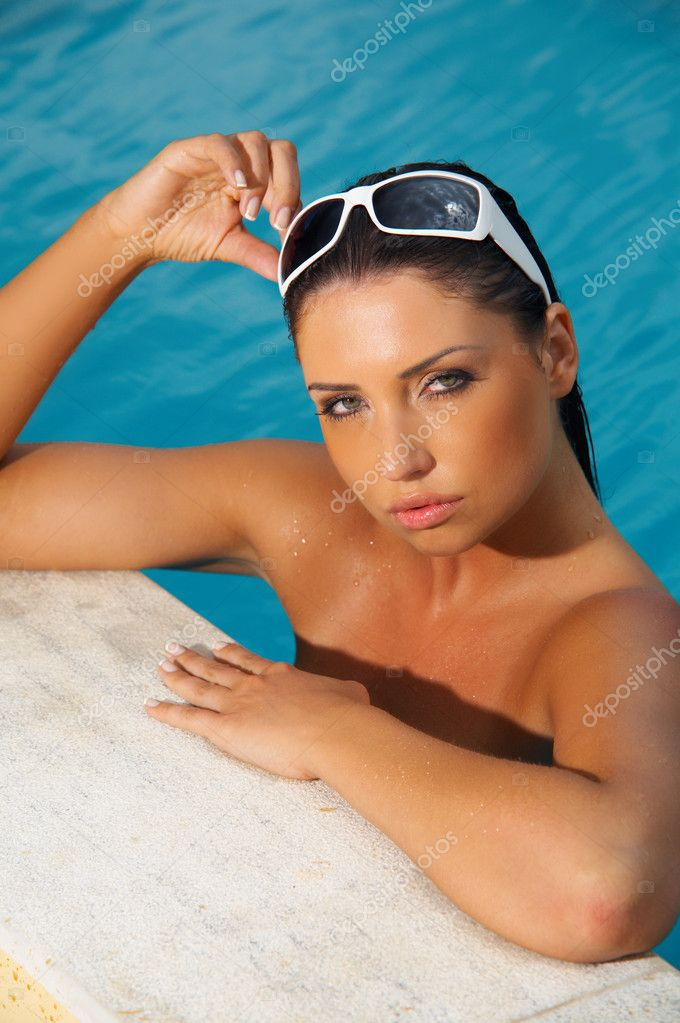 20-25 years woman portrait in swimming pool at exotic surrounding — Stock Photo #1967042