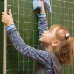 The girl washes a blackboard — Stock Photo