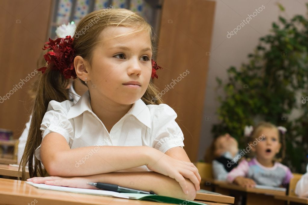 Girls at a lesson at school sit at school desks — Stock Photo #2639663