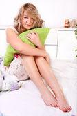 Flicka oversleeping och sitter — Stockfoto