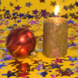 Gold candle and red glass ball — 图库照片