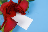Three red roses and note — Stock Photo