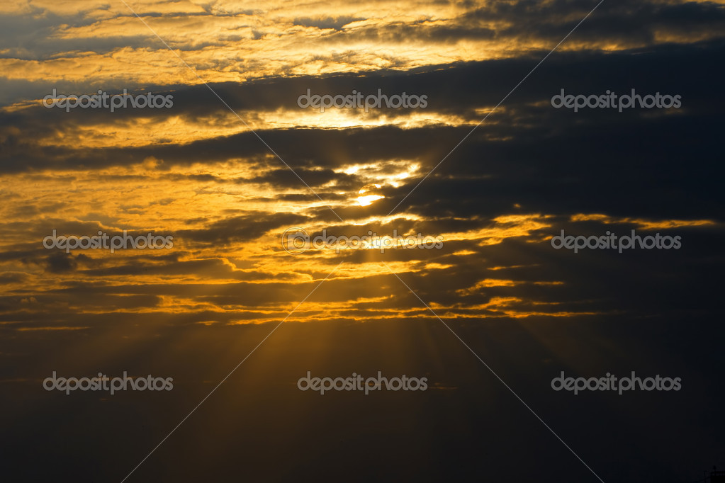 Sky is overcast, dark clouds, sun rays — Stockfoto #2323543