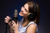 Kız mikrofon ile — Stok fotoğraf