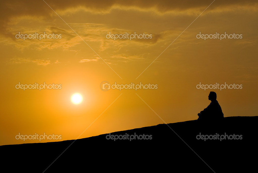 Meditation under sunset, Buddhist activity — Stock Photo #1755974