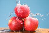 Groupe d'apple avec cool splash — Photo