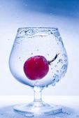 冷冻的议案葡萄和玻璃水 — 图库照片