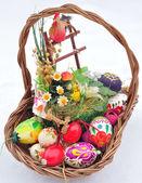 Cestino con uova colorate di pasqua — Foto Stock