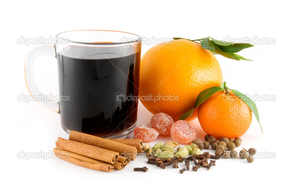 Cup of christmas drink. Mandarin, orange, spice mix for hot wine: kumquats, cinnamon sticks, pimento, cloves, cardamom. — Stock Photo #1786332