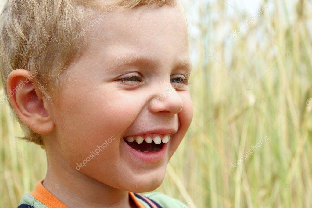 мальчик смеется фото